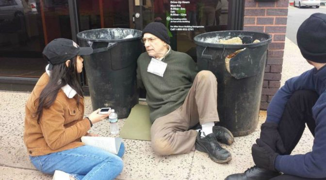 Aktywista zatrzymany i ukarany grzywną rok po przypięciu się do beczek z betonem w ramach protestu budowy rurociągu w stanie Dakota [USA]