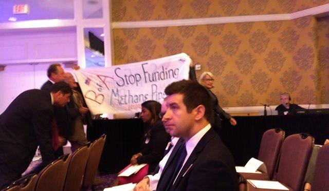 Protestujący przeciwko budowie rurociągu na zachodnim wybrzeżu zakłócili spotkanie udziałowców Bank of America [USA]