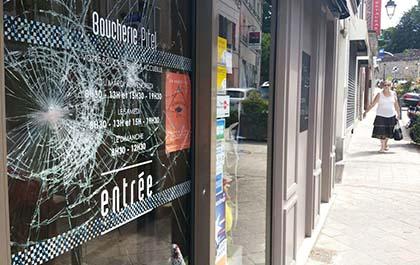 Szklane drzwi wejściowe od sklepu z mięsem, zniszczone! [FRANCJA, YVELINES]