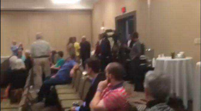 Troje zielonych aktywistów/ek zakłóciło konferencje organizowaną przez skrajną prawice WIDEO [USA, Missouri]