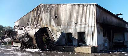 Konstrukcja budynku rzeźni silnie uszkodzona przez pożar [FRANCJA]
